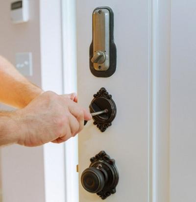 מנעולן מקצועי לתיקון דלתות